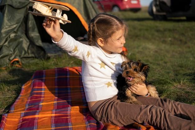 Вид сбоку ребенок и собака играют