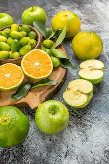 側面図の柑橘系の果物まな板の上の食欲をそそるリンゴの柑橘系の果物