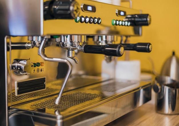Vista laterale della macchina da caffè
