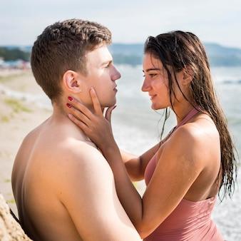 ロマンチックな側面図のカップル