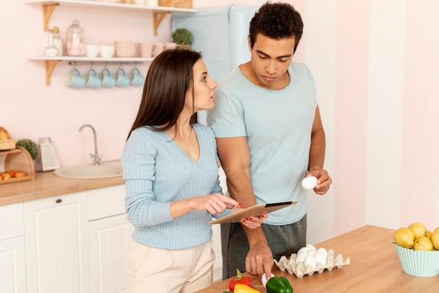 Боковой вид пара готовит вместе