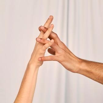 Vista laterale delle coppie che tengono le mani