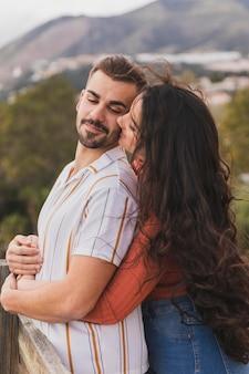 お互いを見て側面図のカップル