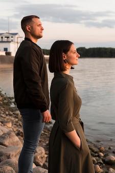 Пара, вид сбоку, глядя на море Бесплатные Фотографии