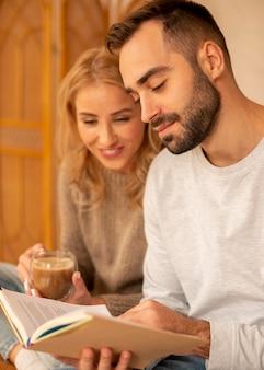 Пара, читающая вместе