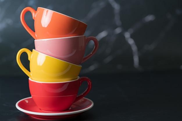 측면 보기 커피 한 잔 다채로운 교대로 쌓인 색상은 여유 공간의 배경에 대해 밝습니다.