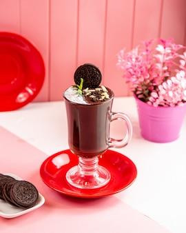 Вид сбоку чашка горячего шоколада с печеньем
