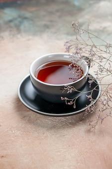 Vista laterale una tazza di tè una tazza di tè accanto ai rami degli alberi
