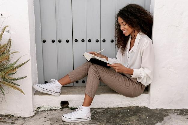 Кудрявая женщина читает книгу