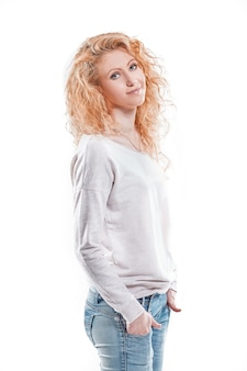 Вид сбоку. милая девушка студент смотрит в камеру. изолированные на свете