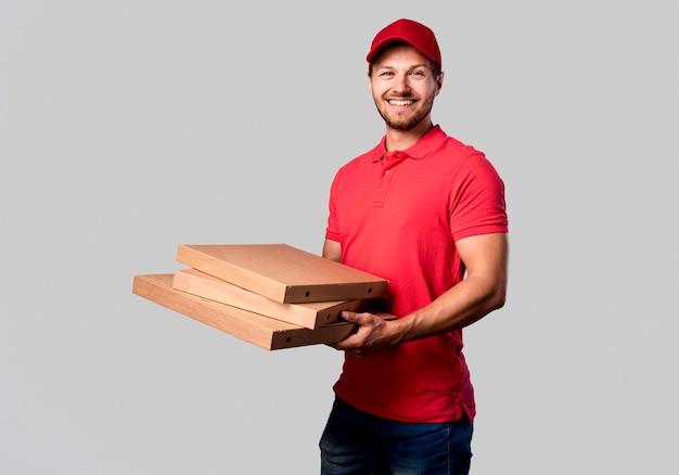 Боковой вид доставки мужской с пакетами