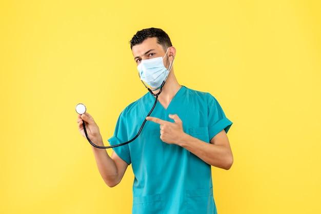 Vista laterale un dottore un dottore in maschera con fonendoscopio parla del covid-