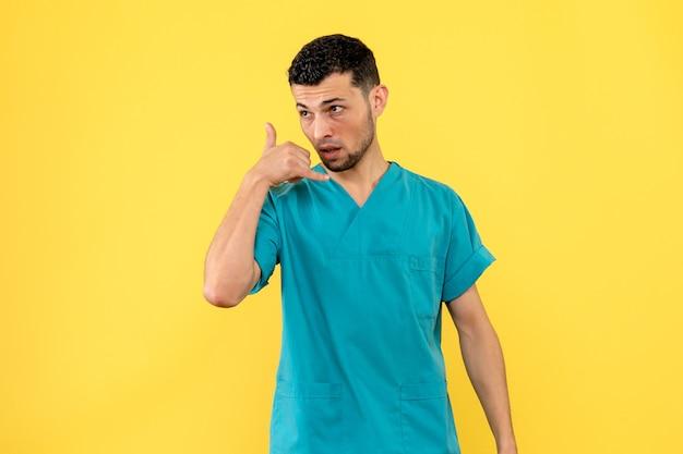 Vista laterale un dottore un dottore dice di chiamare un'ambulanza se ti senti male