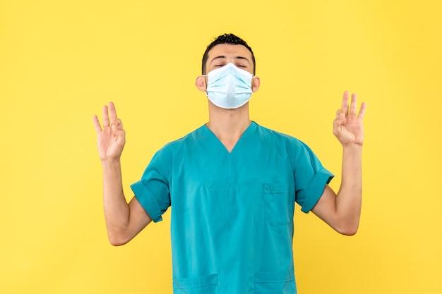 Vista laterale un dottore un medico dice alle persone cosa fare durante l'infezione da coronavirus