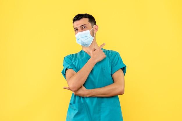 Vista laterale un medico un medico dice che i brividi e la febbre sono sintomi del coronavirus