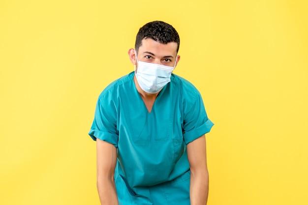 Vista laterale un medico un medico dice che è importante mantenere le distanze