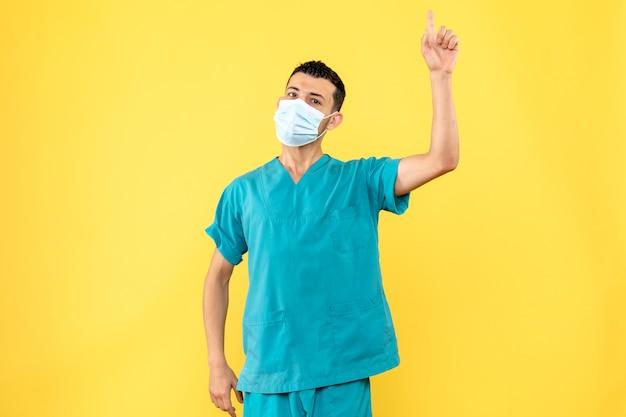 Vista laterale un medico un medico dice che è importante usare mezzi di protezione contro covid-