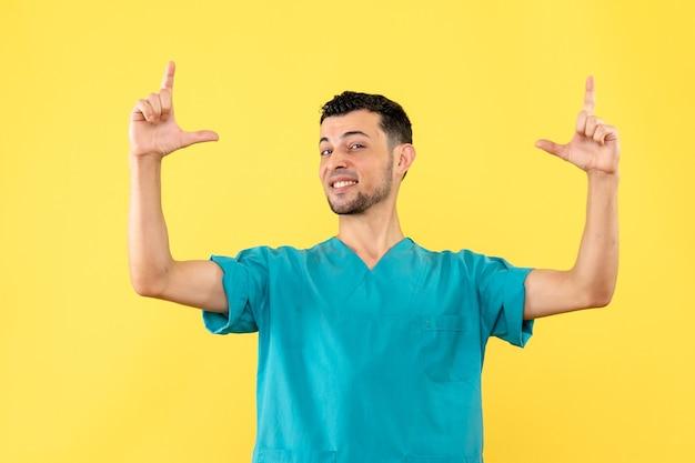 Vista laterale un medico un medico dice che è importante lavarsi le mani durante la pandemia di coronavirus