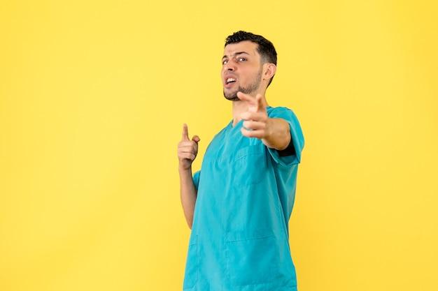 Vista laterale un dottore un dottore dice che le persone devono mantenere le distanze sociali