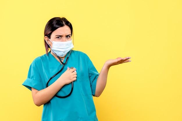 La vista laterale del medico incoraggia le persone a indossare la maschera