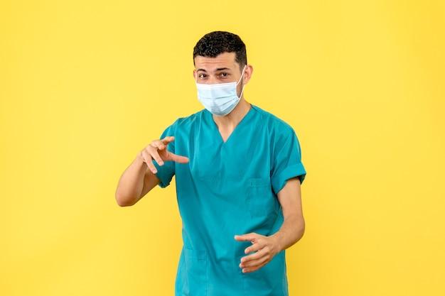 Vista laterale di un medico specialista in malattie infettive che parla di covid-