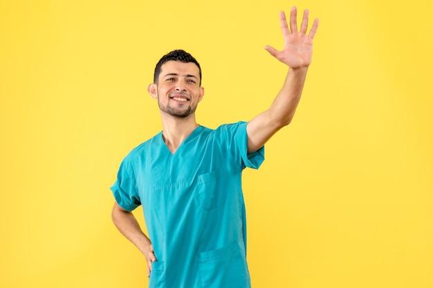 La vista laterale di un dottore è felice