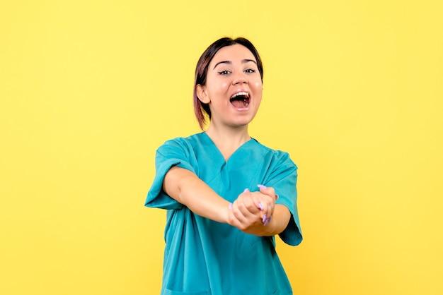 La vista laterale di un medico sta parlando dell'importanza del lavaggio delle mani
