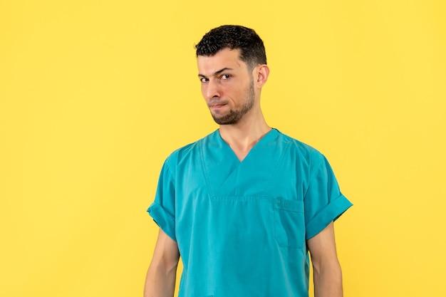 La vista laterale di un medico sta pensando ai problemi dei pazienti