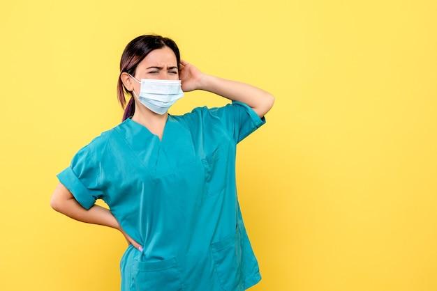 La vista laterale di un medico sta pensando a come curare il paziente con coronavirus