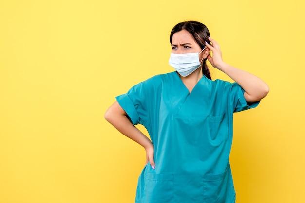 La vista laterale di un medico sta pensando a come curare il paziente con covid