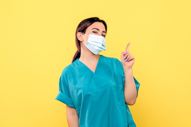 La vista laterale del medico sa come curare un paziente con coronavirus