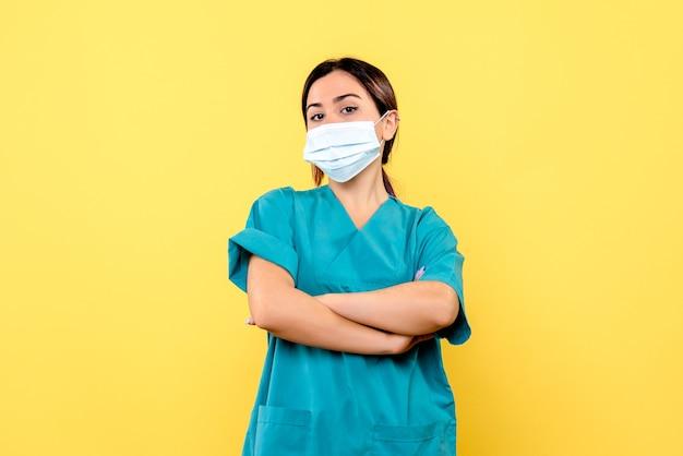 La vista laterale del medico sa come curare il paziente con covid