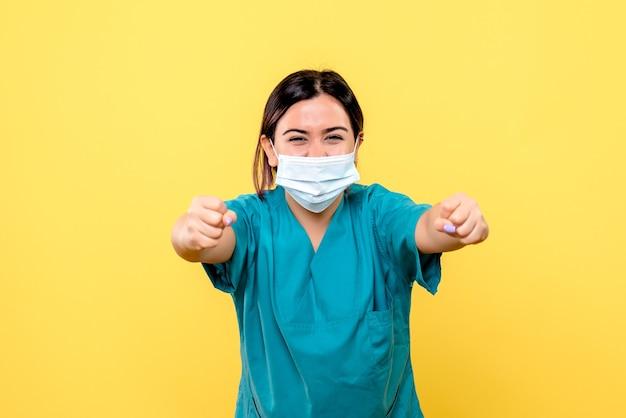 La vista laterale del medico sa come curare i pazienti con covid