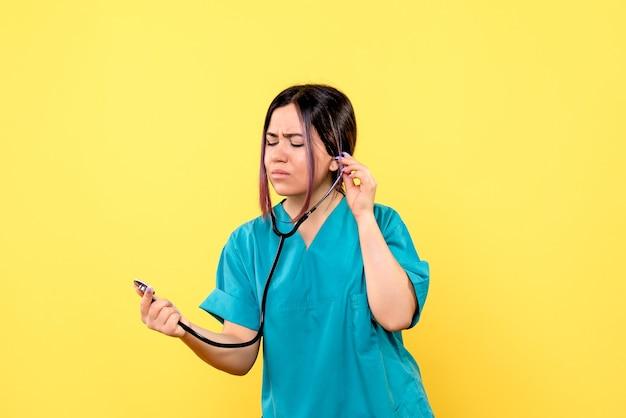 La vista laterale del medico esamina il tonometro