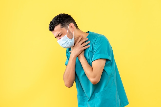 Vista laterale di un medico in maschera tossisce