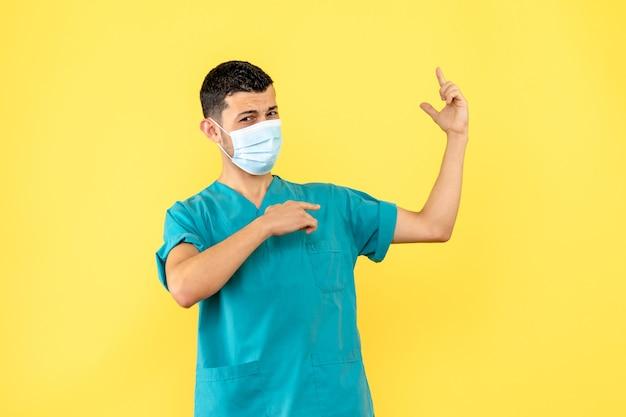 Vista laterale un dottore in maschera un medico è sicuro che aiuterà i pazienti con coronavirus