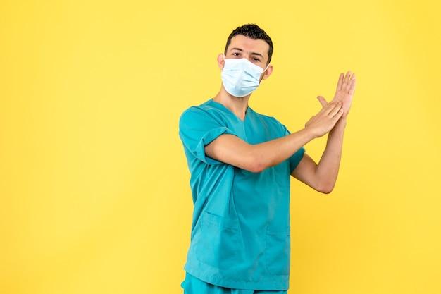 Vista laterale un dottore in maschera un dottore parla del lavaggio delle mani durante la pandemia covid