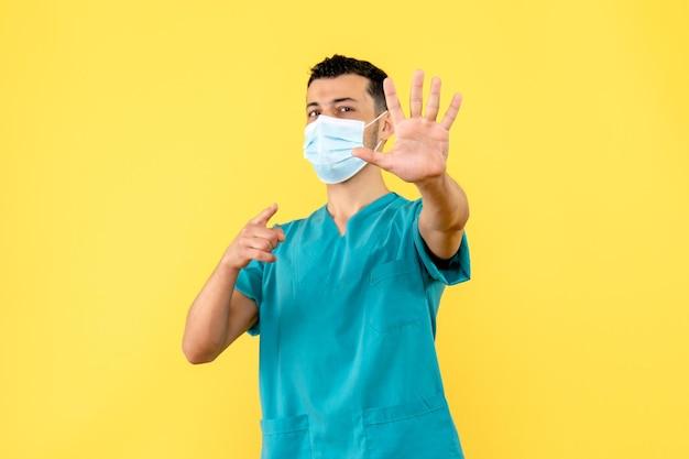 La vista laterale di un medico in maschera incoraggia le persone a lavarsi le mani