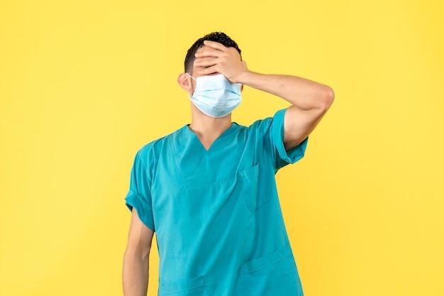 La vista laterale di un dottore in maschera ha mal di testa