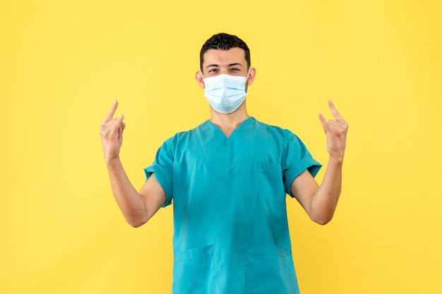 La vista laterale di un dottore in maschera è felice