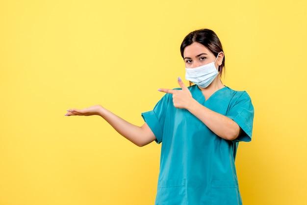 Vista laterale di un medico in maschera sta parlando di covid