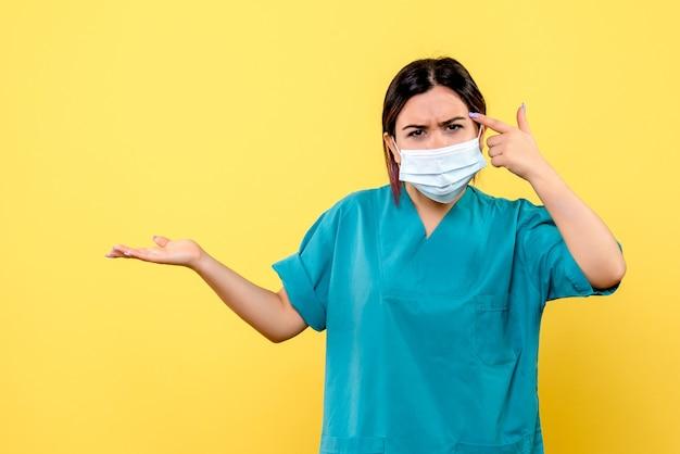 Vista laterale di un medico in maschera sta parlando di pazienti con covid