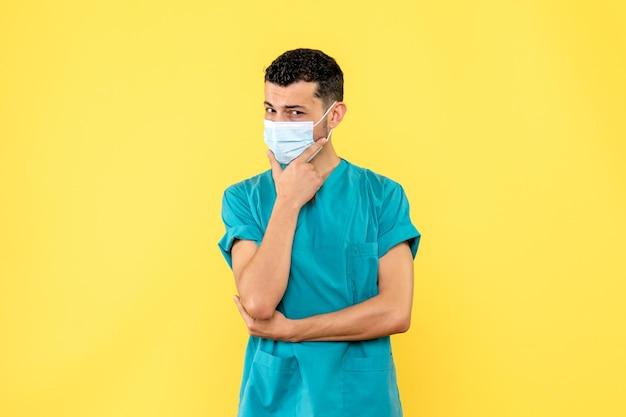 La vista laterale di un dottore in maschera sta pensando