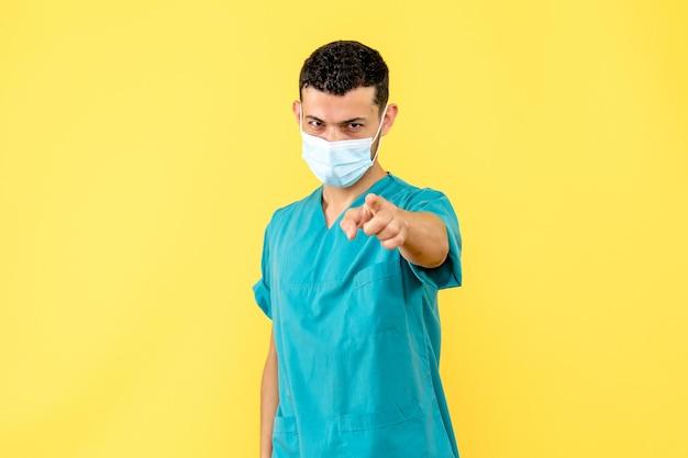 La vista laterale di un dottore in maschera punta in avanti