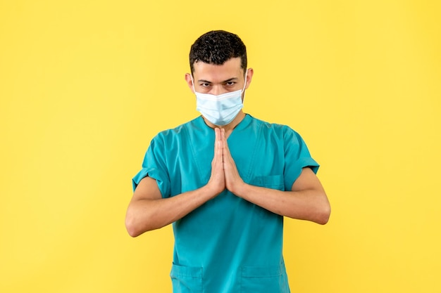 Vista laterale di un dottore in maschera prega pray