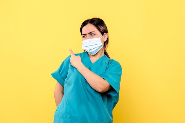 La vista laterale del dottore in maschera parla dei trattamenti per covid