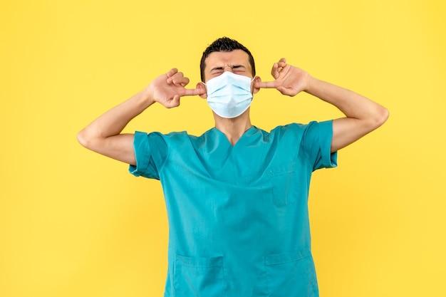 Vista laterale di un dottore in maschera