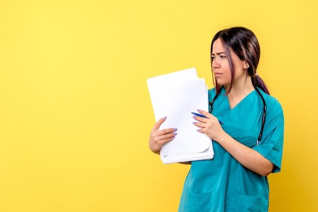 Vista laterale di un medico in uniforme medica con carta e penna