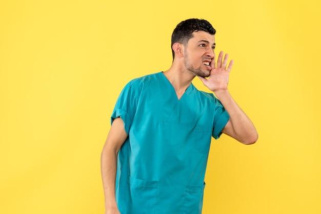 Vista laterale di un medico in uniforme medica