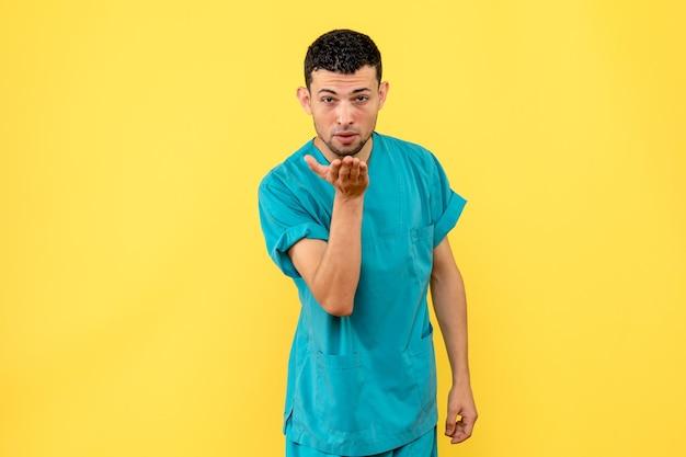 Vista laterale di un medico in posa